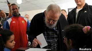 Fidel Castro votando en las elecciones en Cuba