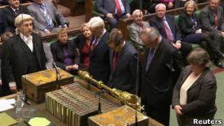 مجلس العموم البريطاني يشرع قانونا يقر زواج المثليين