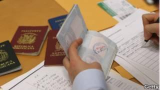 Funcionario regista pasaportes