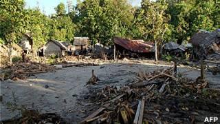 Casas destruidas por el terremoto y tsunami en Islas Salomón