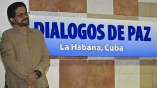 Iván Márquez delante de un cartel