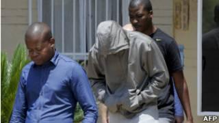 Oscar Pistorius, tras salir de la estación de policía