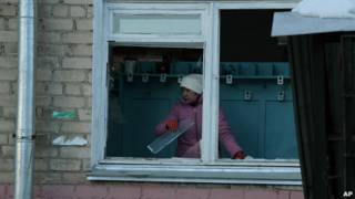 Warga membersihkan jendela yang pecah