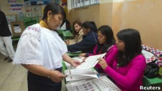 Una mujer vota en Ecuador