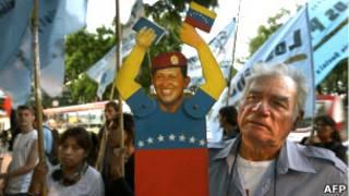 Сторонник Чавеса с фигуркой президента
