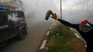 رشق المتظاهرون الشرطة بالحجارة