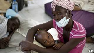 Женщина с ребенком, заболевшим холерой