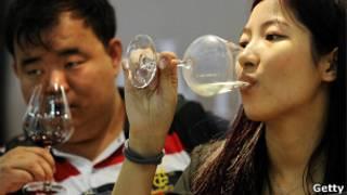 Chinos tomando vino