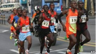 Wilson Erupe menant la course au marathon de Seoul
