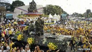 Filipinos celebrando el aniversario de la expulsión de Ferdinand Marcos