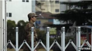 جندي صيني يحرس موقعا عسكريا