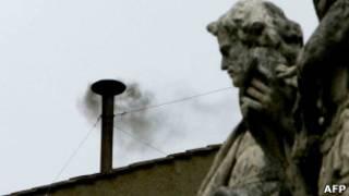 Fumaça negra na Capela Sistina (AFP)