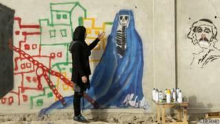 Grafiti de un esqueleto vistiendo burka