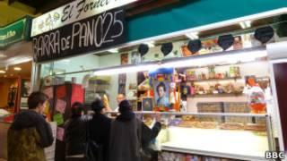 Una tienda muestra su promoción de 0,25 euros por barra de pan