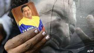 Человек с портретом Чавеса