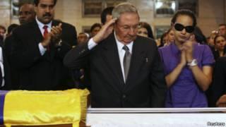 Рауль Кастро у гроба Уго Чавеса