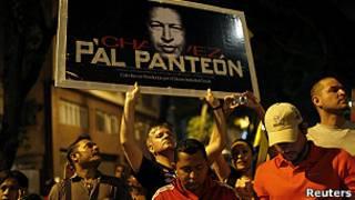 Сторонники Чавеса с его портретом