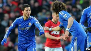 Eden Hazard célébrant le premier but de Chelsea contre Manchester United avec David Luiz.