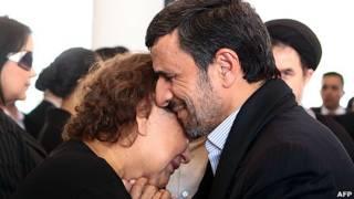 Mahmoud Ahmadinejad y la madre de Hugo Chávez