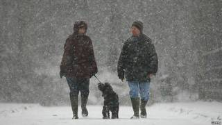 Pareja caminando en la nieve