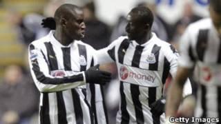 Demba Ba (G.) et Papiss Demba (D.) à l'époque où ils jouaient ensemble dans le club de Newcastle.