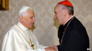 O novo papa acena à multidão na Praça de São Pedro