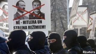 Полиция охраняет участников марша легионеров