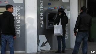 Очередь у банкомата на Кипре