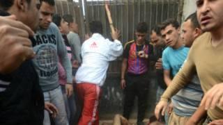 سكان قرية محلة زياد وهم يضربون الرجلين