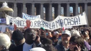 Cartaz exibido por fiéis na praça São Pedro (BBC - Mauricio Moraes)