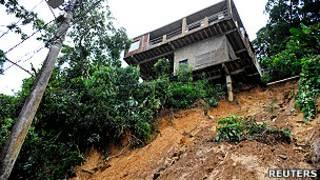 Casa pende precariamente de un cerro en Petropolis