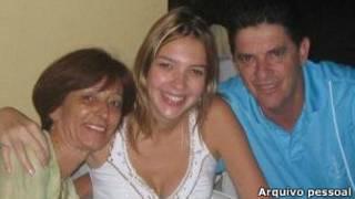 Carla com os pais (arquivo pessoal)