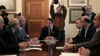 الرئيس القبرصي مجتمعا مع زعماء الأحزاب