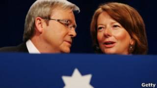 Ông Kevin Rudd (trái) từng bị bà Julia Gillard lật đổ năm 2010