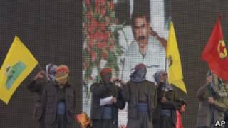 Бойцы РПК на фоне изображения Оджалана