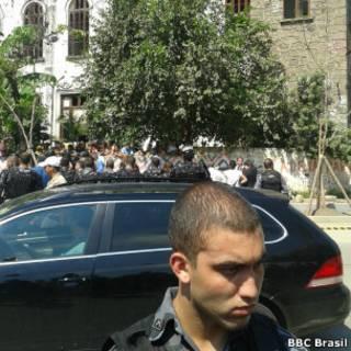 Policiais e manifestantes diante do Museu do Índio, nesta sexta