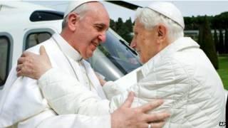 Tân giáo Hoàng Francis (trái) và Giáo hoàng danh dự Benedict XVI