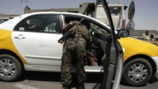 جندي يمني يفتش سيارة في صنعاء