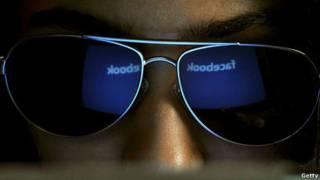 Logo Facebook trên kính của người dùng