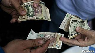 Troca de pesos e dólares (Reuters)