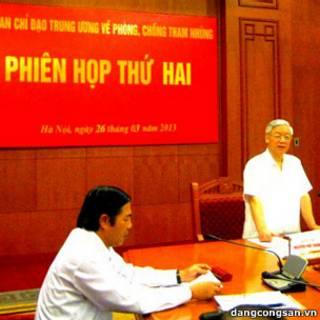 Ông Nguyễn Phú Trọng (đứng) và ông Nguyễn Bá Thanh tại phiên họp hôm 26/3