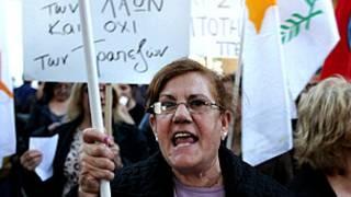 Mujer protestando en Chipre