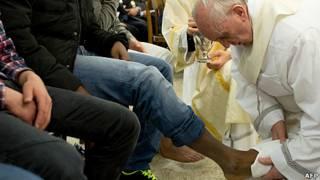 El papa Francisco lava los pies de un preso