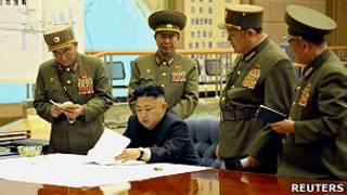 رهبر کره شمالی که افسران ارتش این کشور در کنارش حضور دارند