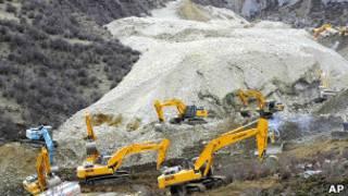 Экскаваторы работают на месте оползня в Тибете