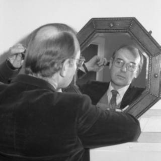 Hombre calvo frente al espejo