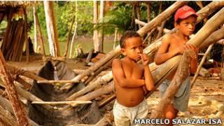 À direita, o menino Francenildo (de boné), que morreu após picada de escorpião. (Foto: Marcelo Salazar/ISA)