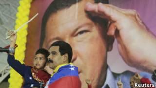 Maduro em campanha, com pôster de Chávez ao fundo (Reuters)