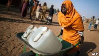 Una mujer llevando agua