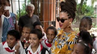 Béyoncé et son mari le rappeur Jay Z ont fait sensation à la Havane où ils venaient fêter le cinquième anniversaire de leur mariage.